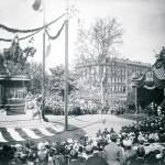 Einweihung des Kaiserdenkmals von Clemens Buscher durch Kaiser Wilhelm II. im Jahre 1896. Es wurde im 2. Weltkrieg eingeschmolzen. Eine originale Gipsversion eines Reliefs des Sockels befindet sich in der Burgkapelle der Gamburg. (Bild: Institut für Stadtgeschichte Frankfurt)