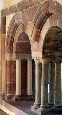 Romanische Arkaden im Palas-Saal